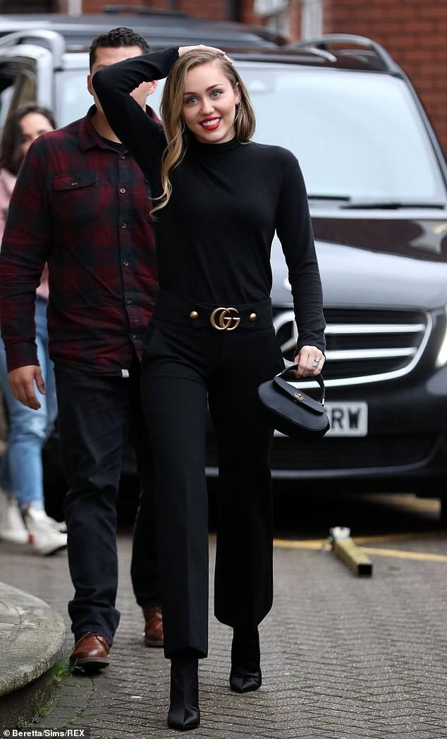Trở về với tóc dài, Miley Cyrus gây ấn tượng với vẻ đẹp ngày càng sang chảnh trên phố - Ảnh 10.
