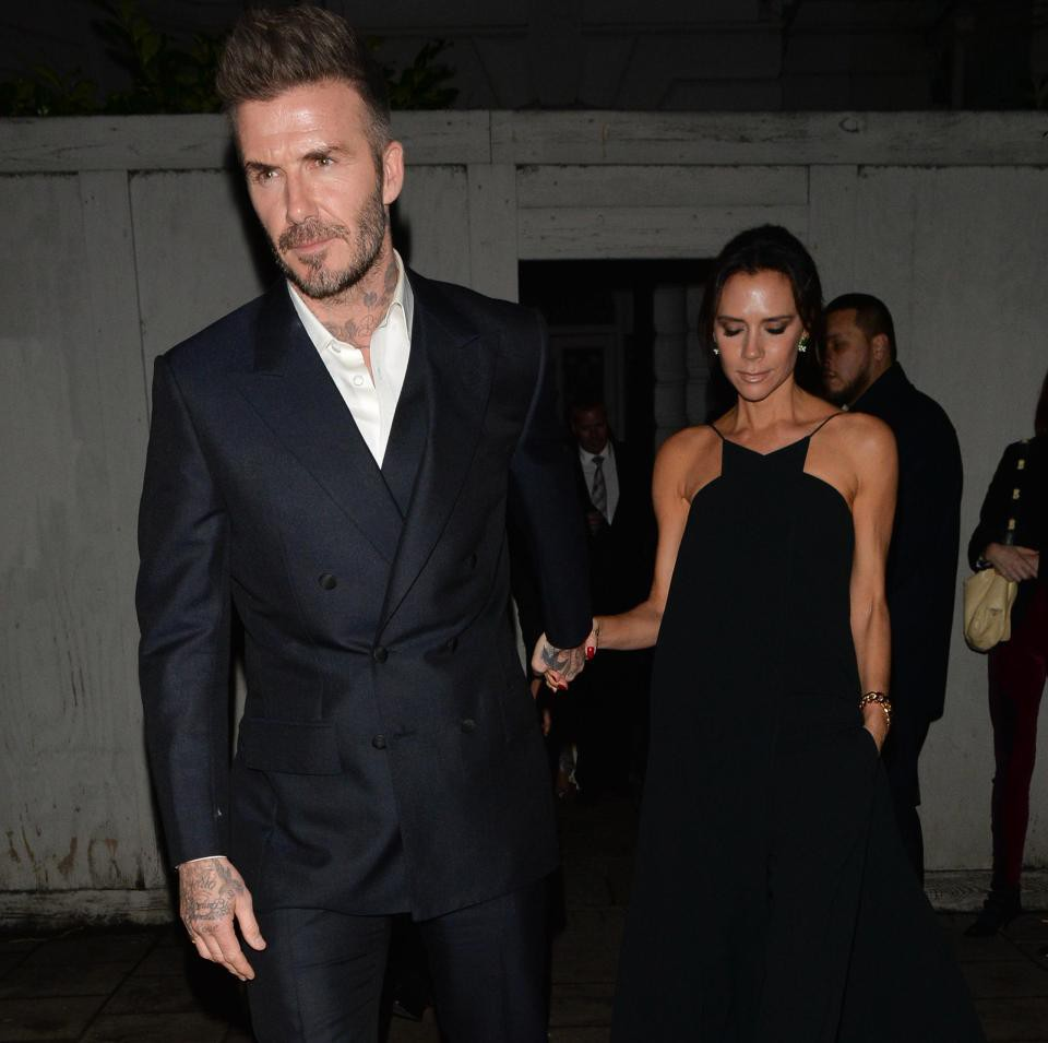 Vợ chồng Beckham nắm chặt tay trước ống kính, nhưng khi vào dự tiệc thì quay lưng lại với nhau - Ảnh 3.