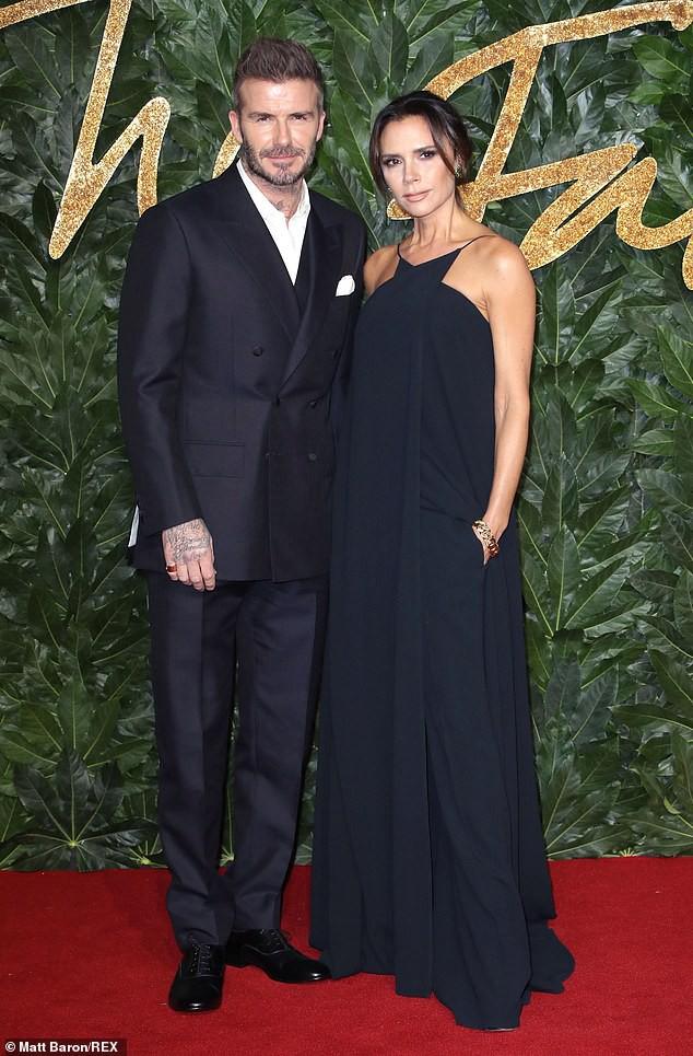 Victoria để lộ tấm lưng đã xóa sạch hình xăm tình yêu dành cho David Beckham - Ảnh 2.