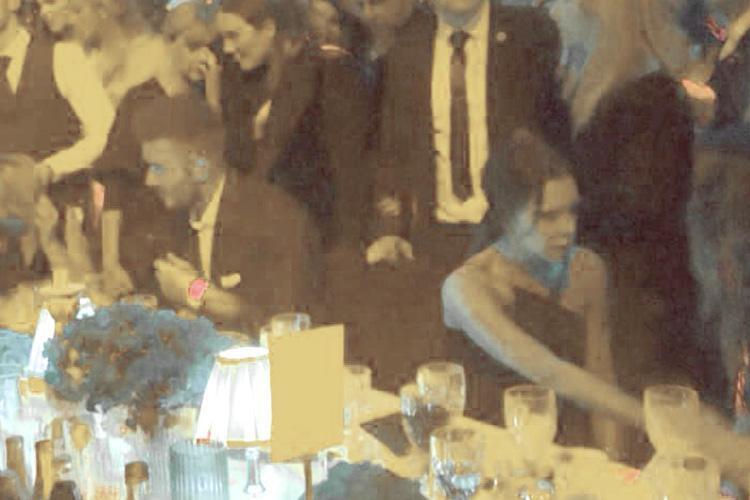 Vợ chồng Beckham nắm chặt tay trước ống kính, nhưng khi vào dự tiệc thì quay lưng lại với nhau - Ảnh 1.