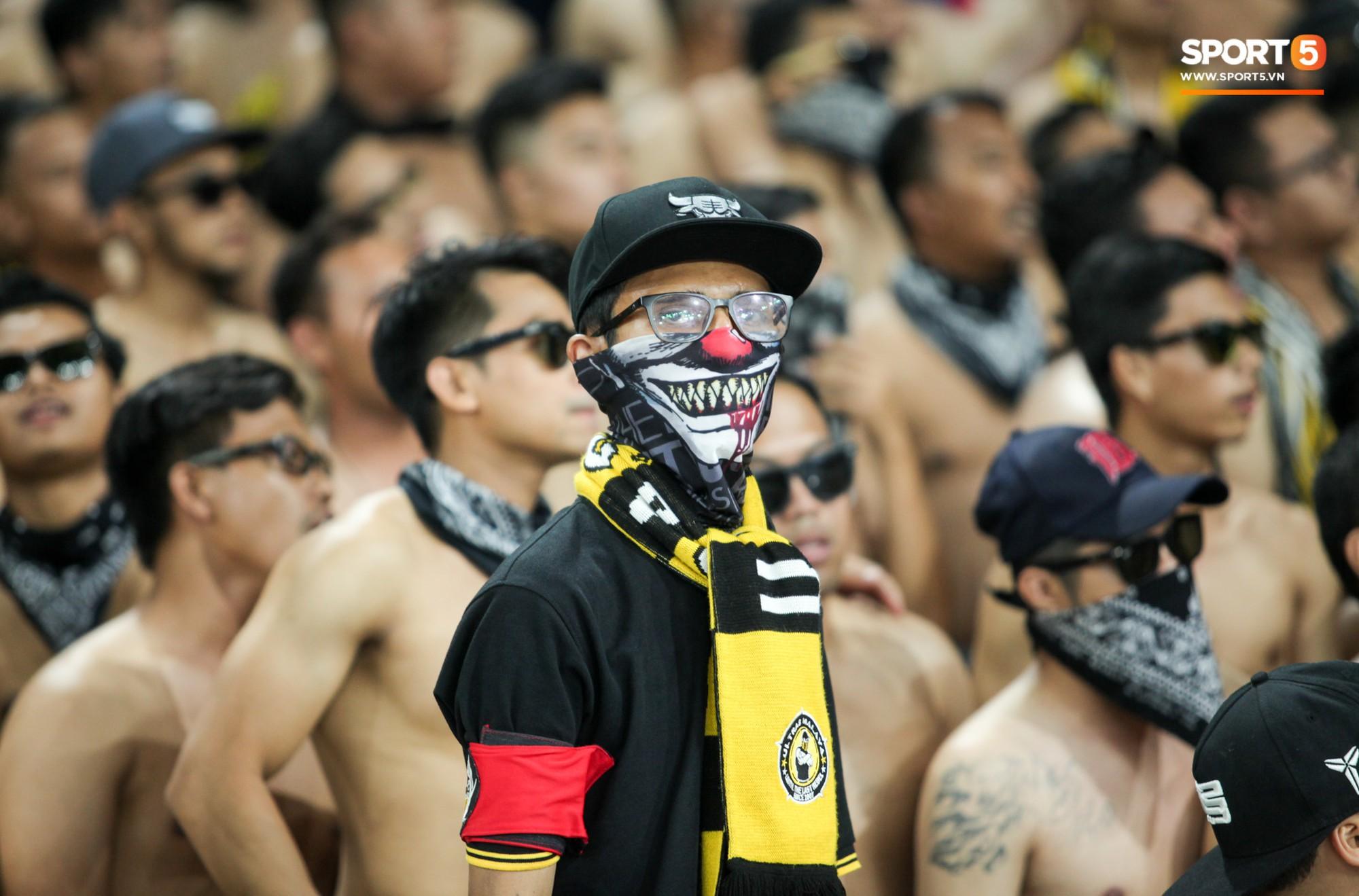 Dư âm chung kết lượt đi AFF Cup: CĐV Malaysia hóa trang kinh dị theo