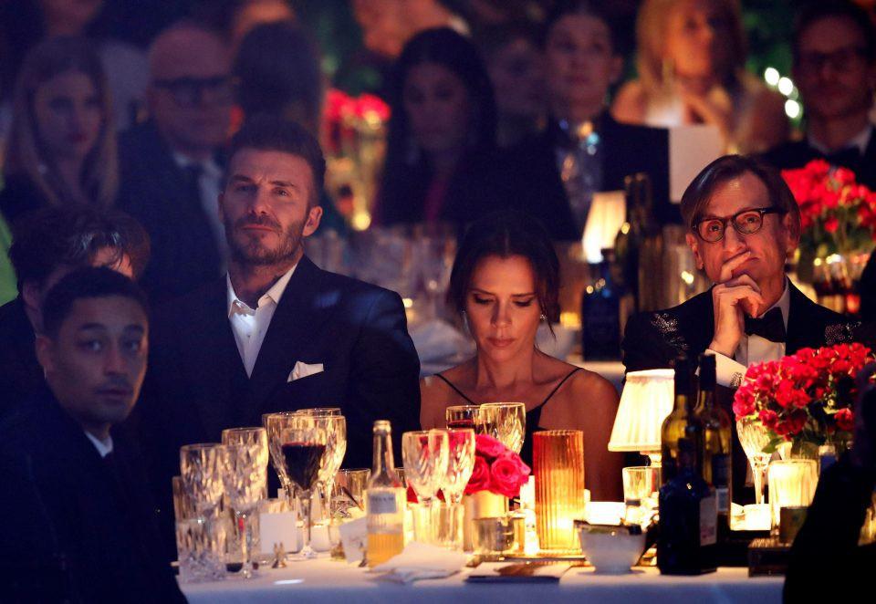 Vợ chồng Beckham nắm chặt tay trước ống kính, nhưng khi vào dự tiệc thì quay lưng lại với nhau - Ảnh 2.