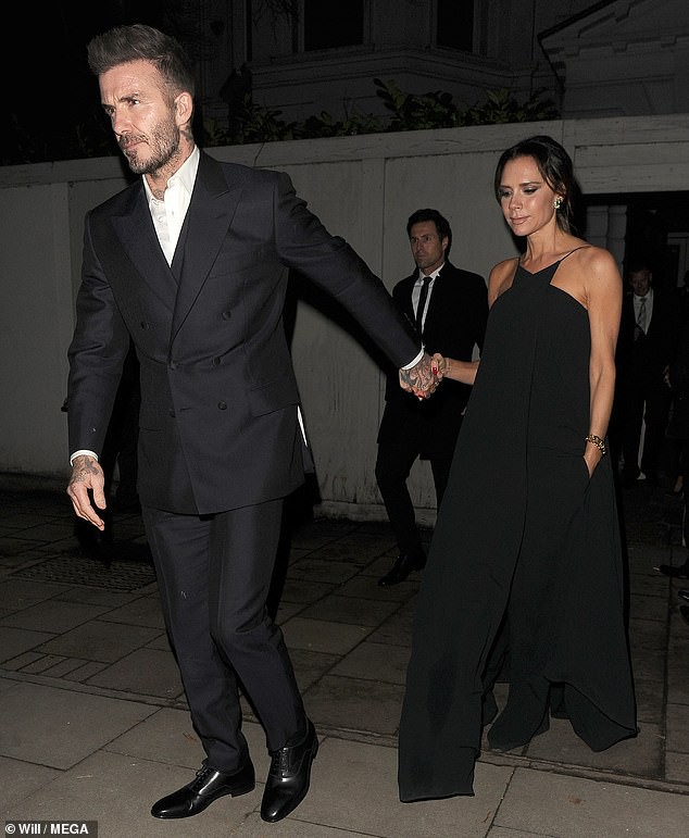 Victoria để lộ tấm lưng đã xóa sạch hình xăm tình yêu dành cho David Beckham - Ảnh 3.