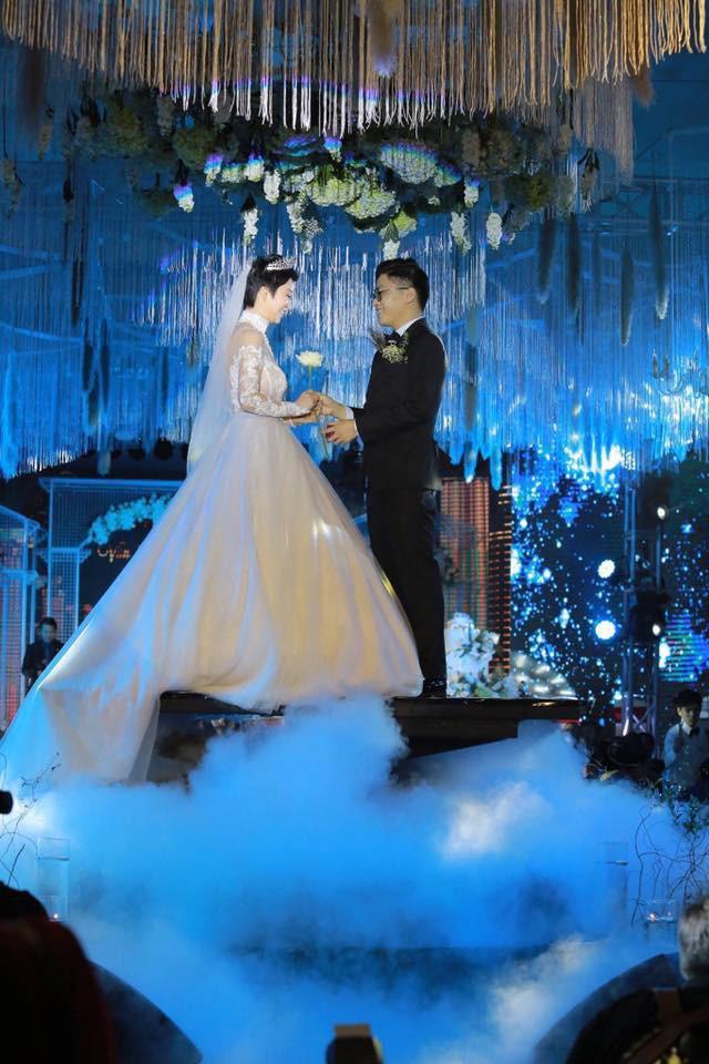 Xôn xao siêu đám cưới 4,6 tỷ ở Hải Phòng: Chú rể cưỡi bạch mã siêu xe Maybach trị giá triệu đô đón cô dâu đến hôn trường lãng mạn như truyện cổ tích - Ảnh 11.