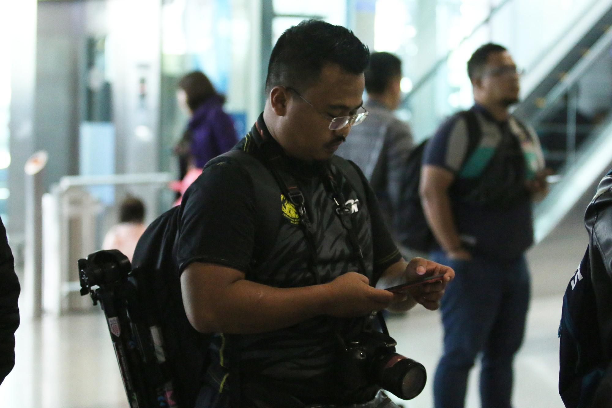 HLV trưởng Malaysia đi cùng người phụ nữ bí ẩn sang Việt Nam đá trận chung kết AFF Cup 2018 - Ảnh 8.