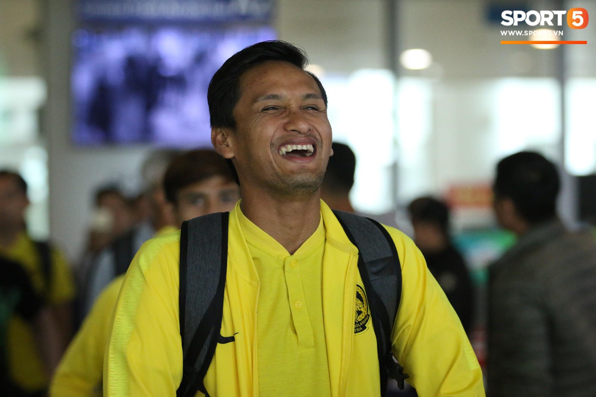 HLV trưởng Malaysia đi cùng người phụ nữ bí ẩn sang Việt Nam đá trận chung kết AFF Cup 2018 - Ảnh 1.