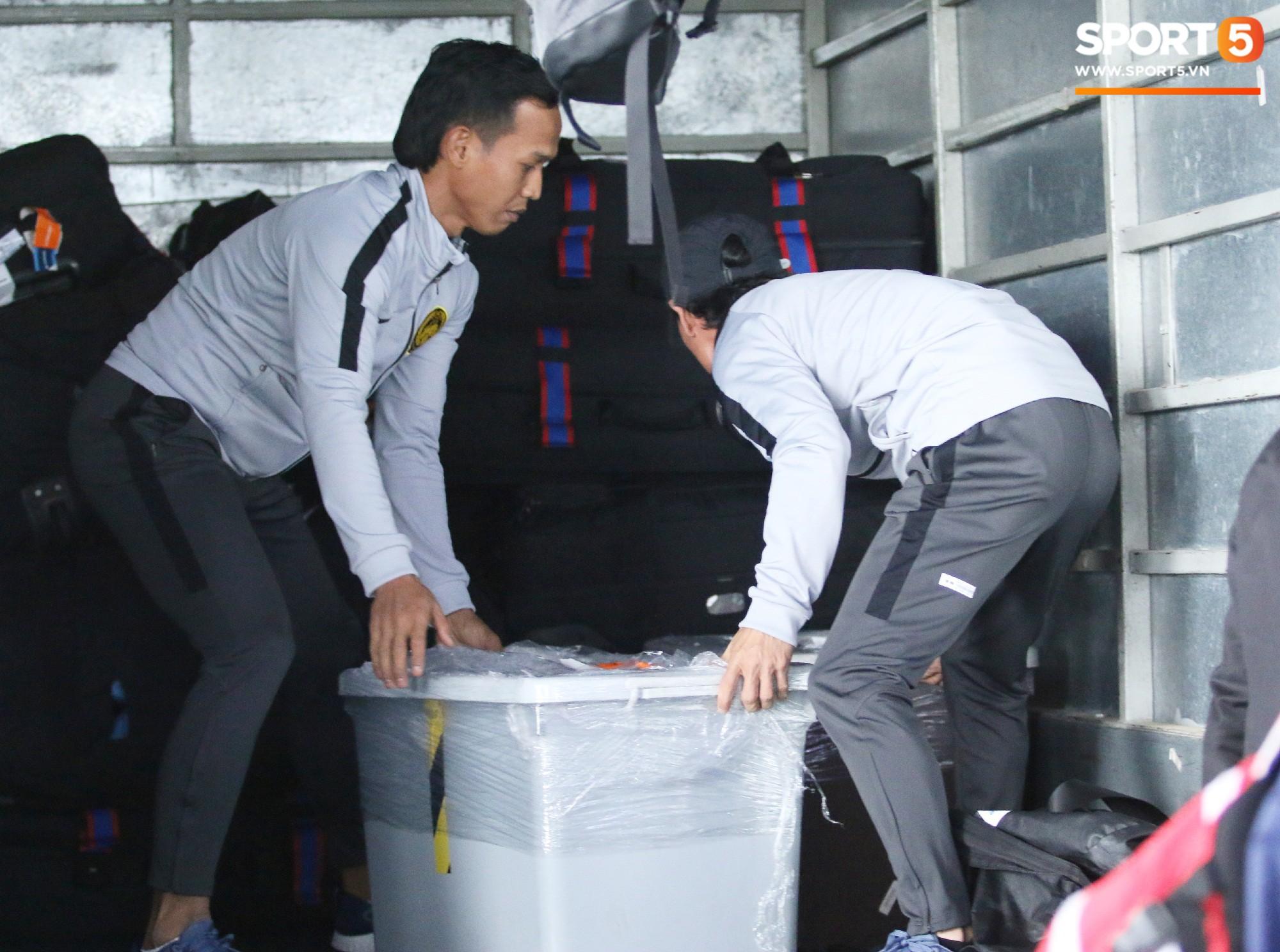 HLV trưởng Malaysia đi cùng người phụ nữ bí ẩn sang Việt Nam đá trận chung kết AFF Cup 2018 - Ảnh 7.
