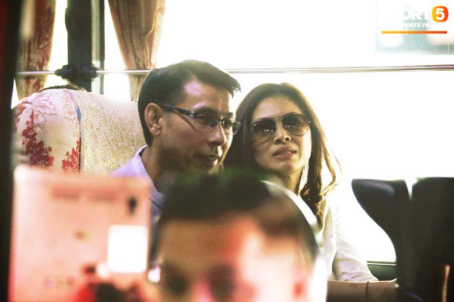 HLV trưởng Malaysia đi cùng người phụ nữ bí ẩn sang Việt Nam đá trận chung kết AFF Cup 2018 - Ảnh 2.
