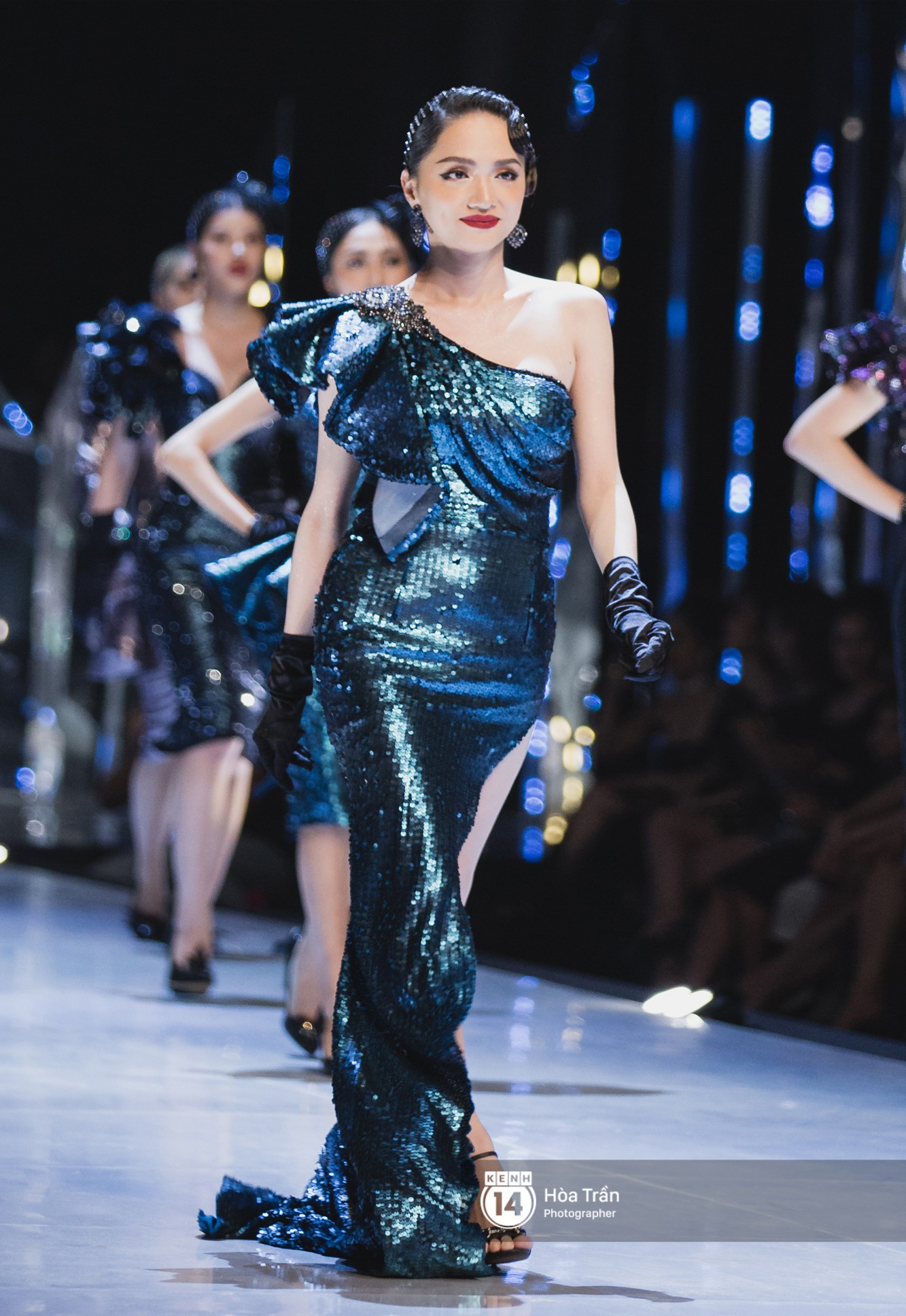 Tiểu Vy tự tin đảm nhận vị thế vedette, chẳng yếu thế chút nào khi sánh đôi bên dàn Hoa hậu đàn chị - Ảnh 9.