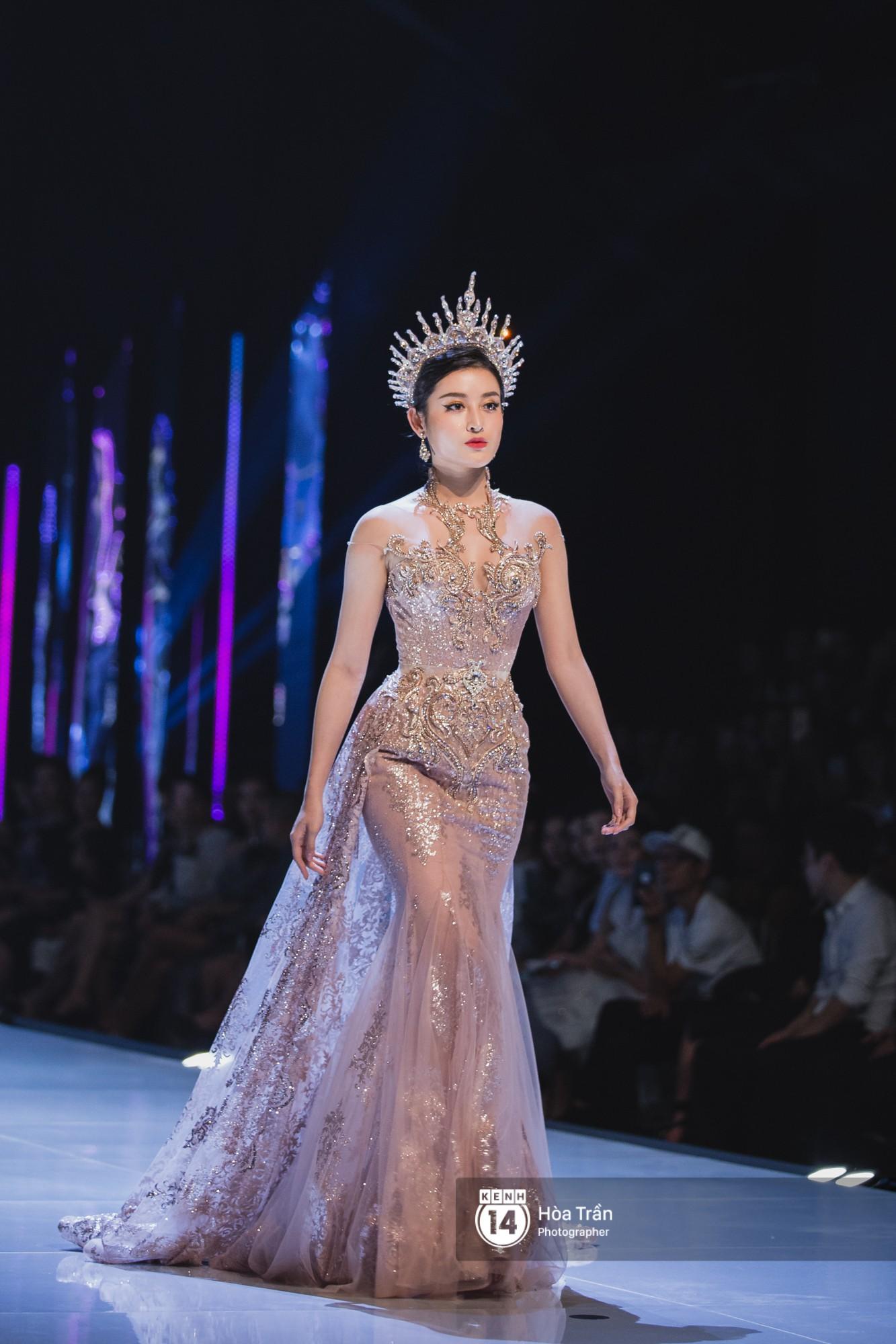 Tiểu Vy tự tin đảm nhận vị thế vedette, chẳng yếu thế chút nào khi sánh đôi bên dàn Hoa hậu đàn chị - Ảnh 7.