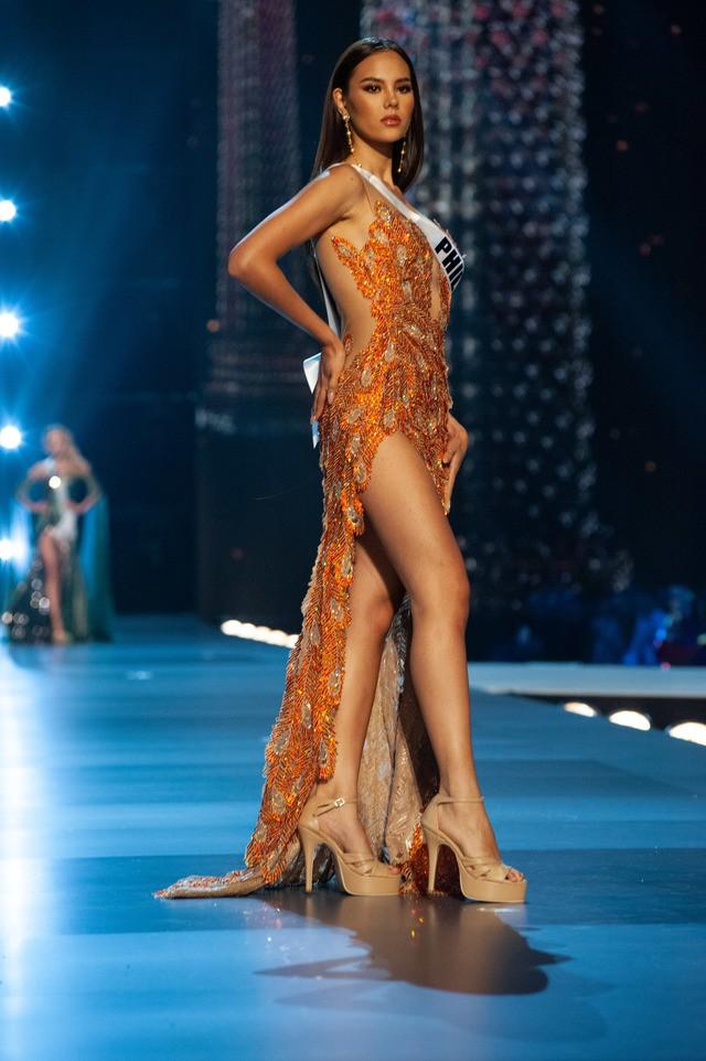 Nhan sắc lai đẹp rực rỡ của Tân Hoa hậu Hoàn vũ 2018 và loạt thành tích khủng trên hành trình đoạt vương miện thứ 3! - Ảnh 15.