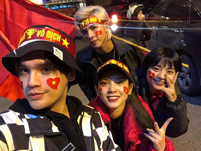 Sao Vbiz đi bão mừng chiến thắng của đội tuyển Việt Nam: Cưỡi xe máy, nhuộm đỏ phố phường với màu cờ Tổ quốc - Ảnh 5.