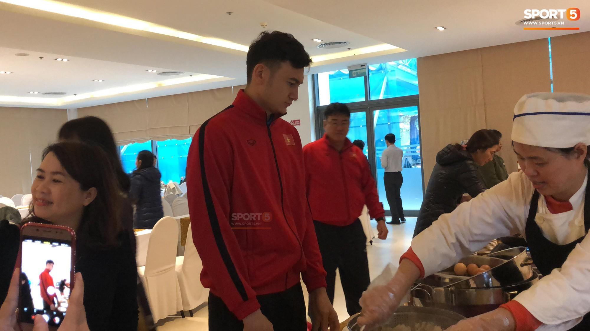 Bữa sáng giản dị của tuyển Việt Nam trước trận chung kết lịch sử - Ảnh 5.