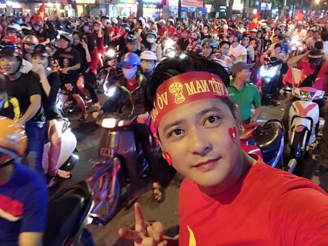 Sao Vbiz đi bão mừng chiến thắng của đội tuyển Việt Nam: Cưỡi xe máy, nhuộm đỏ phố phường với màu cờ Tổ quốc - Ảnh 7.