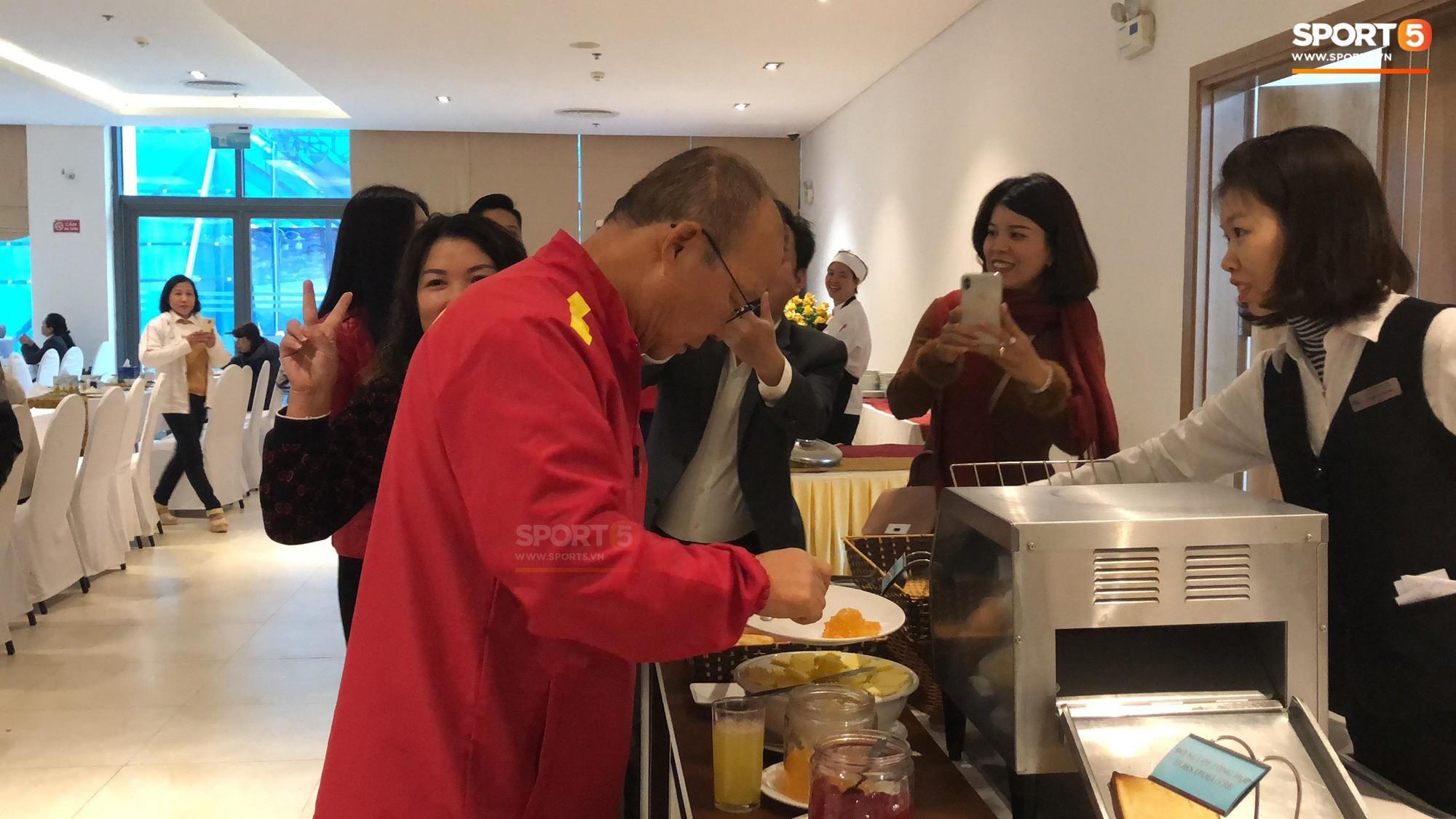 Bữa sáng giản dị của tuyển Việt Nam trước trận chung kết lịch sử - Ảnh 4.