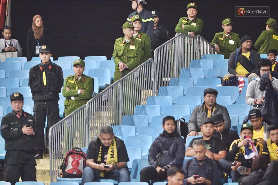 Lực lượng an ninh được bố trí dày đặc tại khu vực khán đài để đảm bảo an ninh, phòng chống các hành động quá khích giữa các CĐV - Ảnh 1.