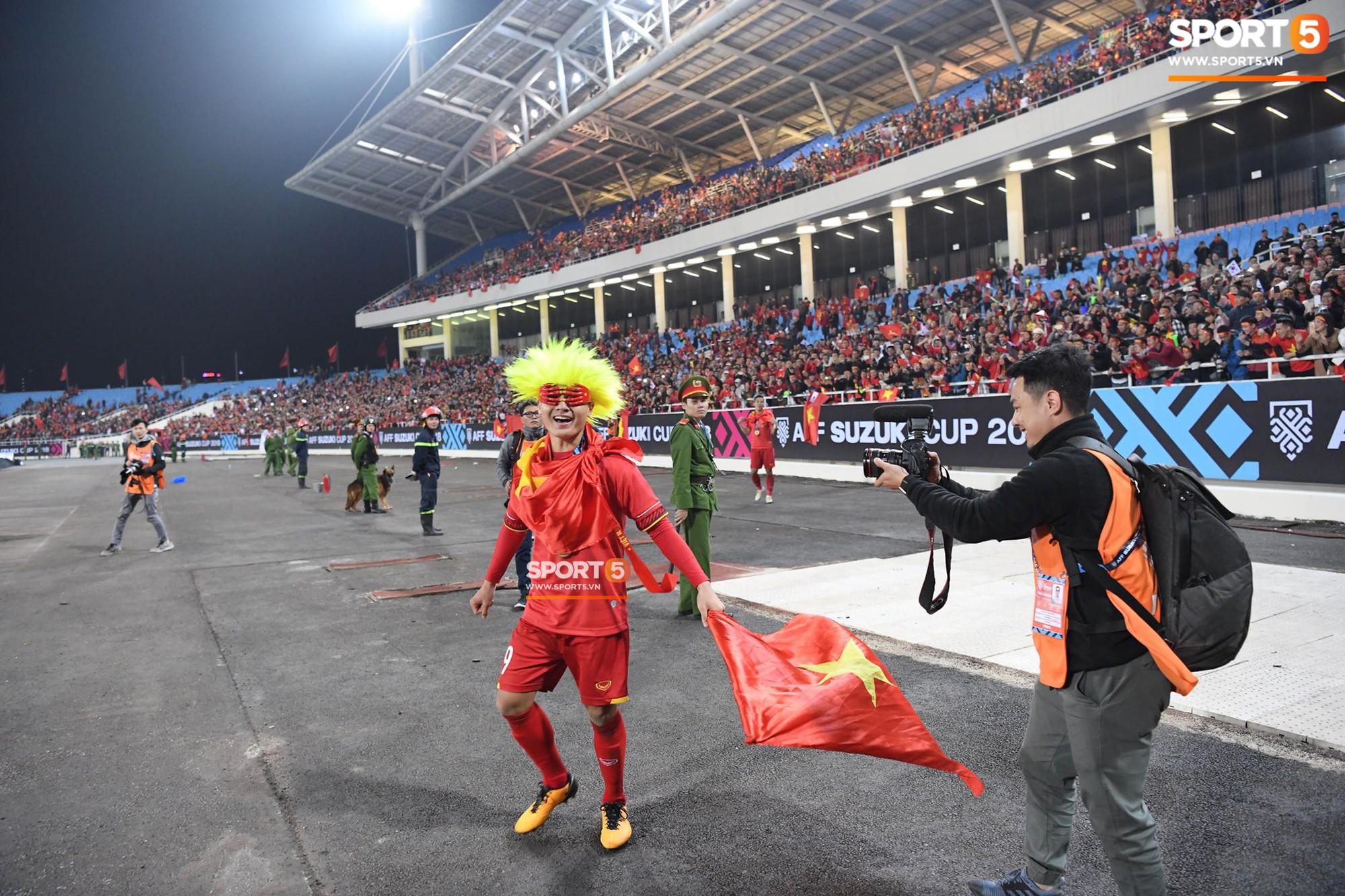 Quang Hải đội tóc giả màu nõn chuối, đi tung tăng khắp sân, xứng đáng là màn ăn mừng cute nhất sau trận chung kết - Ảnh 2.