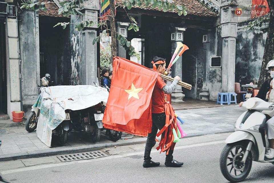 Một Hà Nội vui như Tết trong ngày đón chờ trận chung kết lịch sử: Phố phường rộn ràng tiếng nhạc, cờ hoa phủ mọi nẻo đường - Ảnh 6.