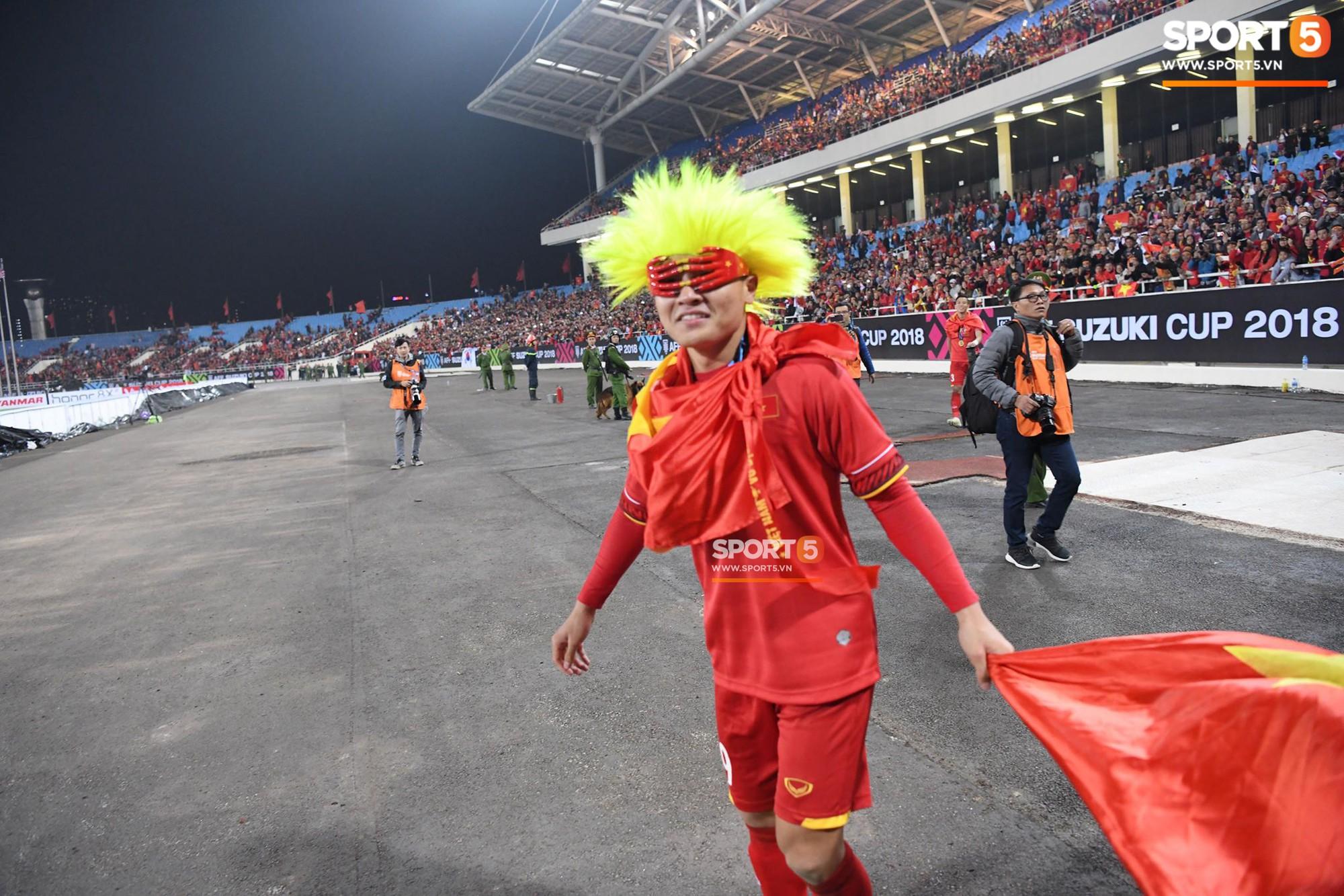 Quang Hải đội tóc giả màu nõn chuối, đi tung tăng khắp sân, xứng đáng là màn ăn mừng cute nhất sau trận chung kết - Ảnh 4.