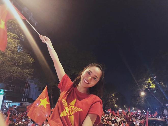 Sao Vbiz đi bão mừng chiến thắng của đội tuyển Việt Nam: Cưỡi xe máy, nhuộm đỏ phố phường với màu cờ Tổ quốc - Ảnh 6.