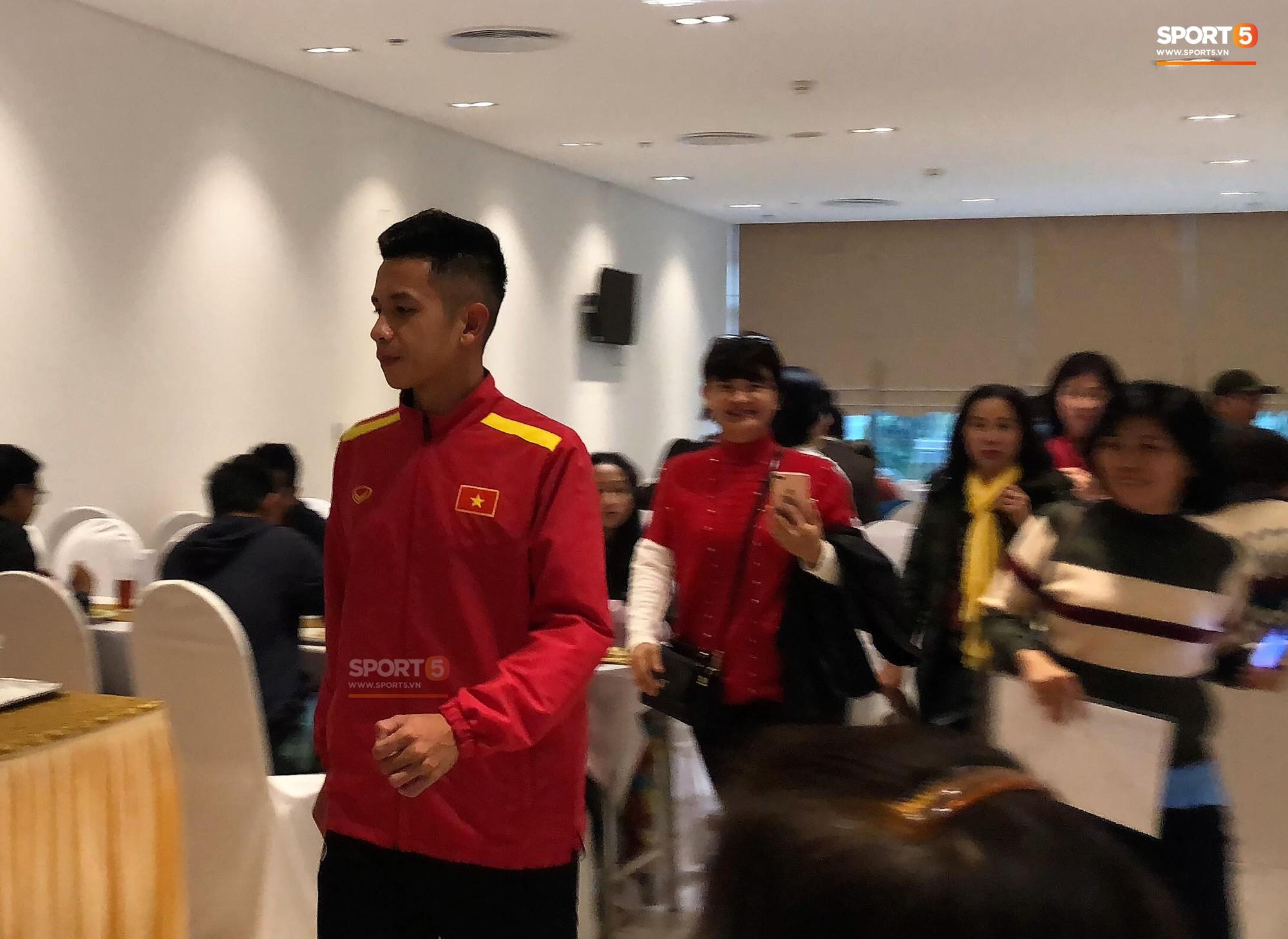 Bữa sáng giản dị của tuyển Việt Nam trước trận chung kết lịch sử - Ảnh 8.