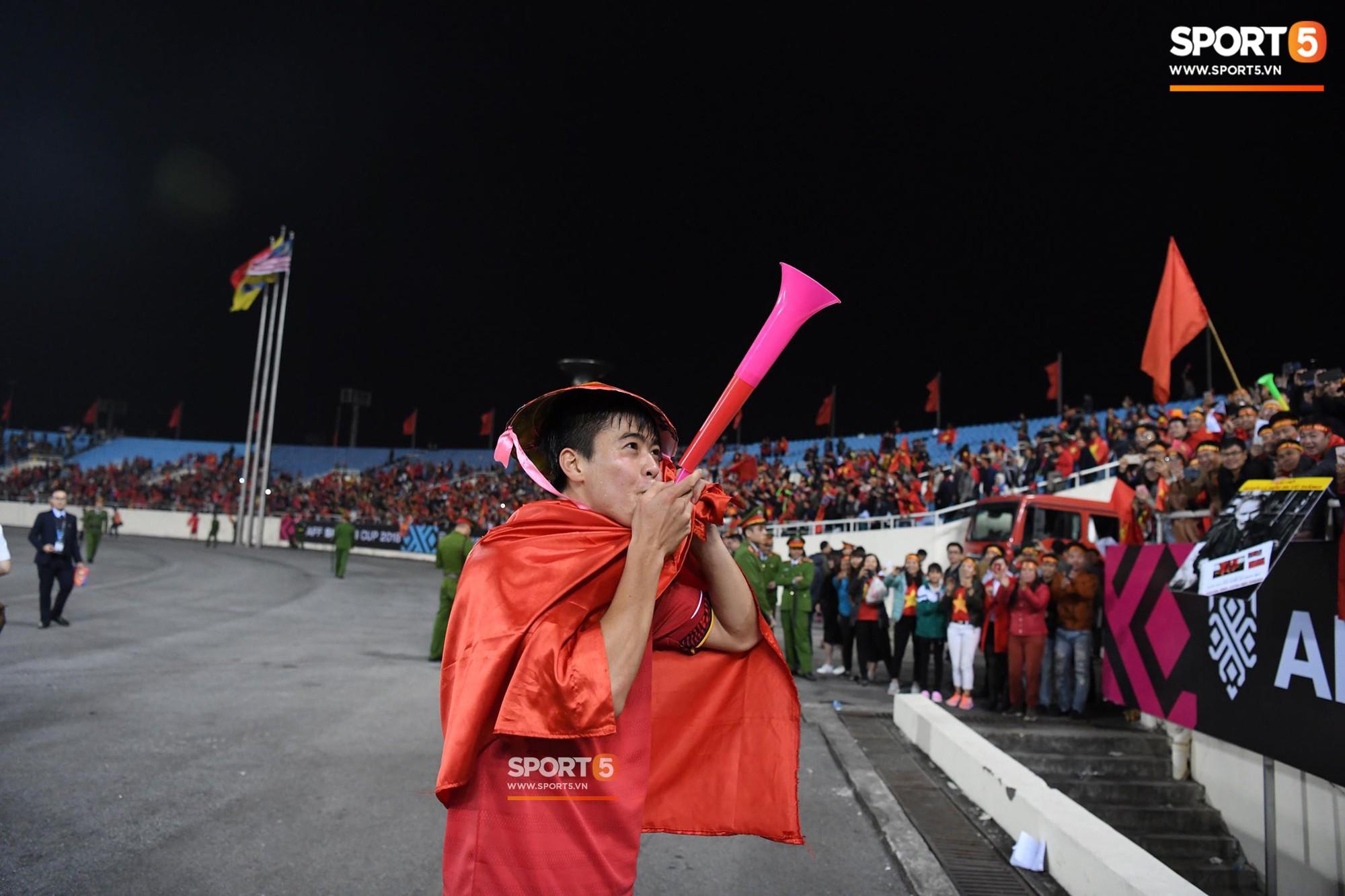 Quang Hải đội tóc giả màu nõn chuối, đi tung tăng khắp sân, xứng đáng là màn ăn mừng cute nhất sau trận chung kết - Ảnh 6.