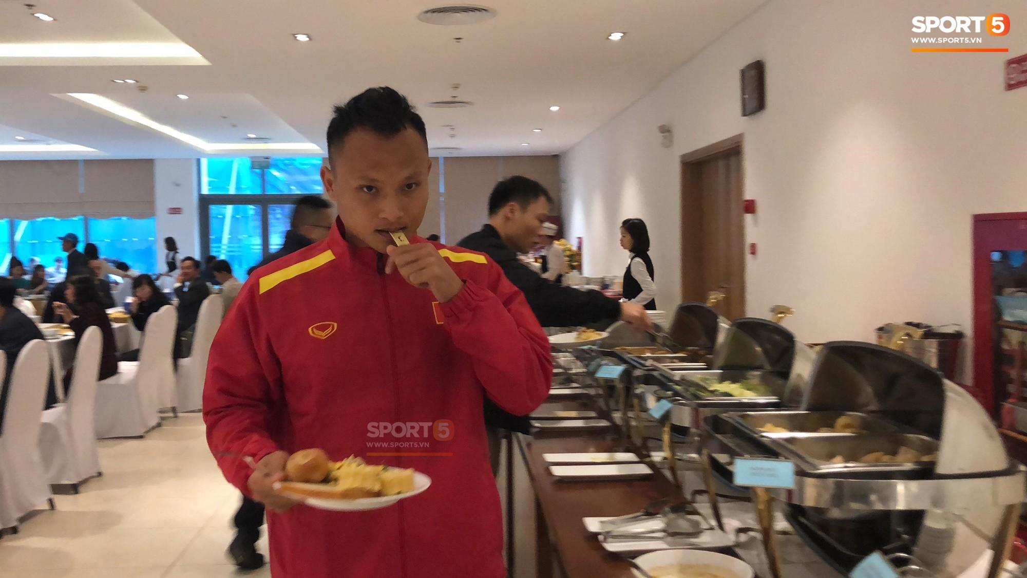 Bữa sáng giản dị của tuyển Việt Nam trước trận chung kết lịch sử - Ảnh 6.