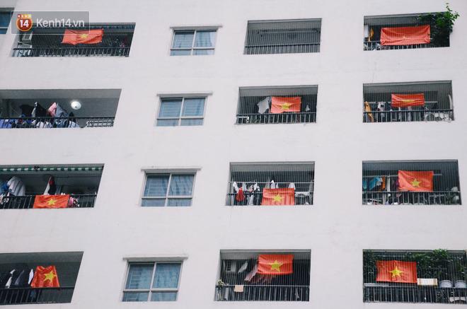 Một Hà Nội vui như Tết trong ngày đón chờ trận chung kết lịch sử: Phố phường rộn ràng tiếng nhạc, cờ hoa phủ mọi nẻo đường - Ảnh 1.