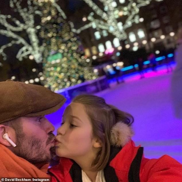 Romeo Beckham khoe bụng 6 múi bên em gái Harper bụ bẫm đáng yêu - Ảnh 3.