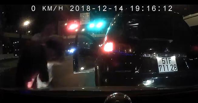 Đã xác định được danh tính tài xế xe 7 chỗ đánh người dã man - Ảnh 1.