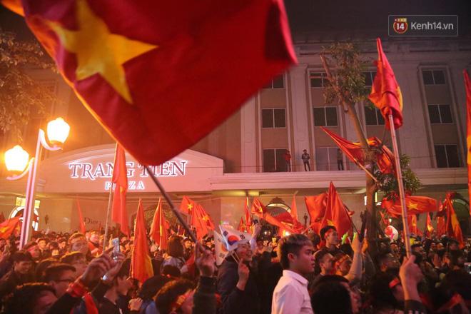 Hàng triệu CĐV Việt Nam đổ ra đường ăn mừng chiến thắng: Chúng ta là những nhà vô địch! - Ảnh 1.