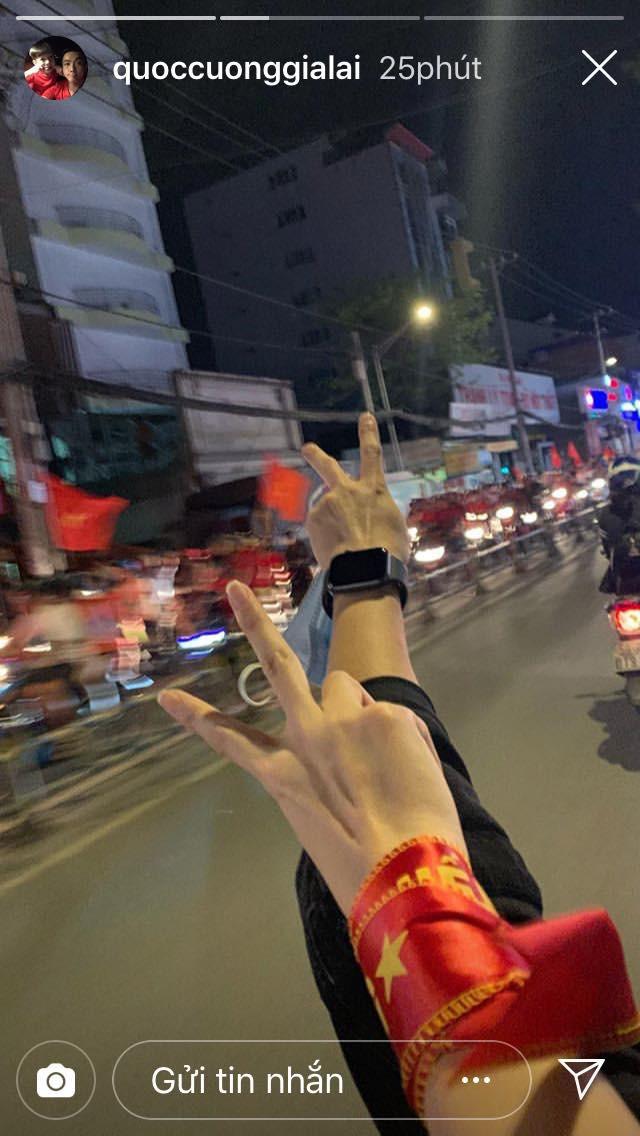 Sao Vbiz đi bão mừng chiến thắng của đội tuyển Việt Nam: Cưỡi xe máy, nhuộm đỏ phố phường với màu cờ Tổ quốc - Ảnh 1.
