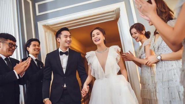 Hé lộ dàn phù dâu xinh đẹp cùng quà tặng khách mời cực độc tham dự đám cưới của Chung Hân Đồng ngày 20/12 - Ảnh 1.