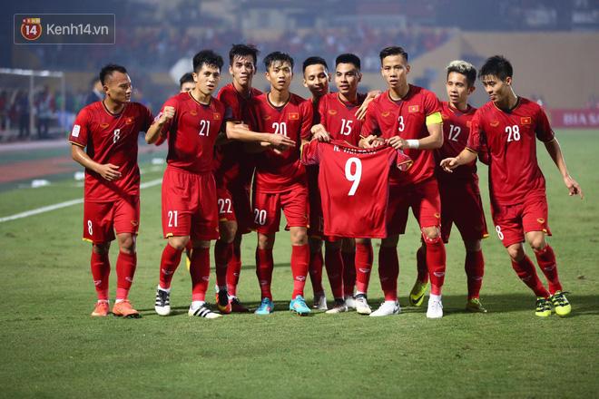 Vừa yêu vừa cảm phục các cầu thủ Việt Nam vì loạt khoảnh khắc giản dị nhưng rất ấm áp - Ảnh 7.