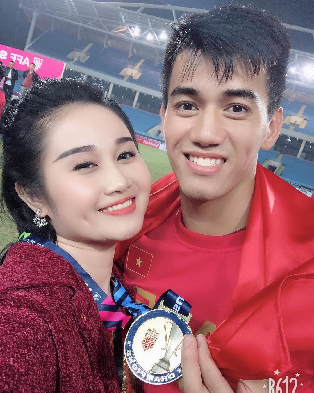Loạt bạn gái khoe ảnh hạnh phúc, đầy tự hào bên cầu thủ khi Việt Nam lên ngôi vô địch
