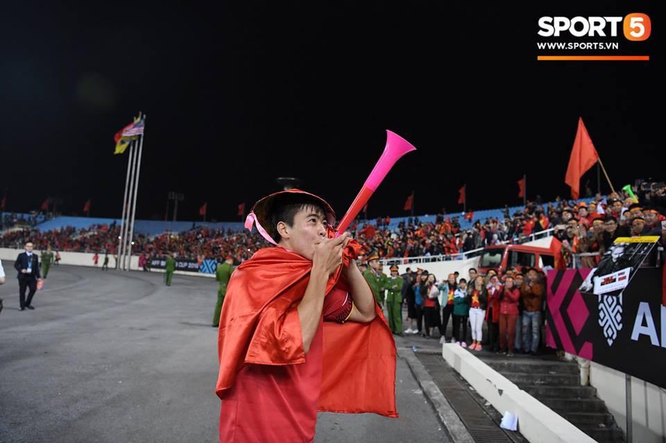 Vừa yêu vừa cảm phục các cầu thủ Việt Nam vì loạt khoảnh khắc giản dị nhưng rất ấm áp - Ảnh 15.