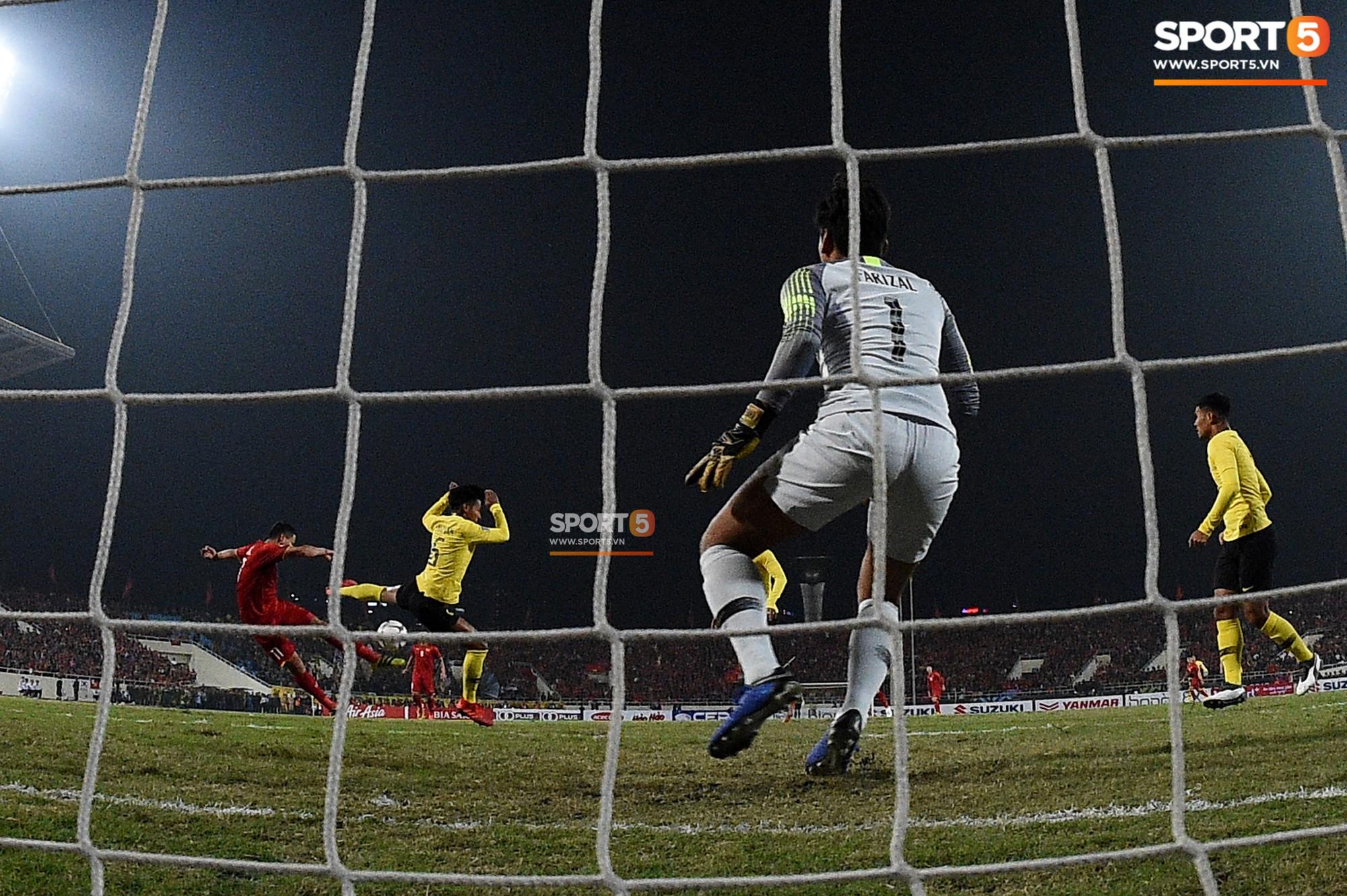Góc ảnh độc đáo: Khoảnh khắc Anh Đức vô-lê tung lưới Malaysia nhìn từ phía sau cầu môn - Ảnh 1.