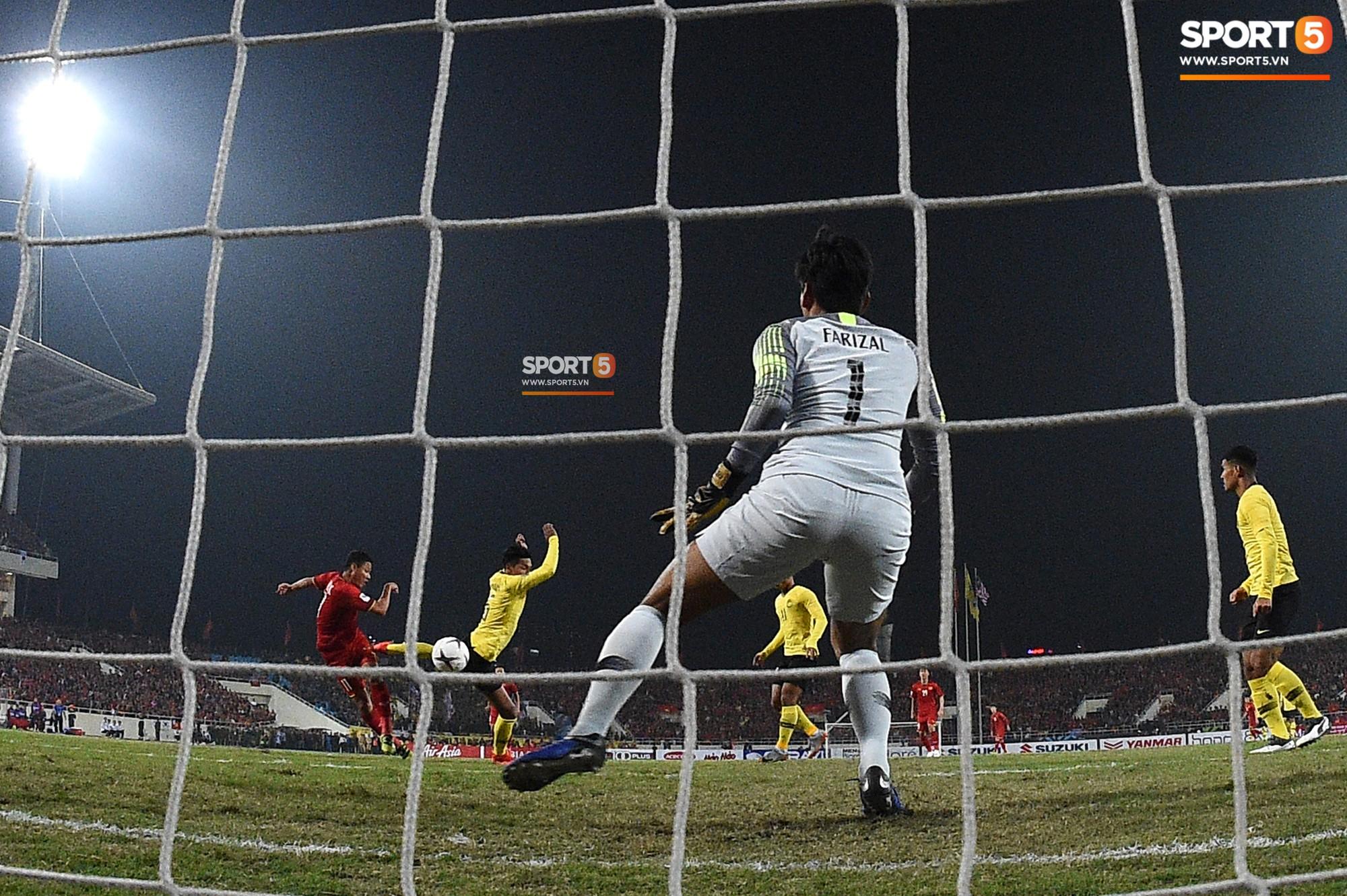 Góc ảnh độc đáo: Khoảnh khắc Anh Đức vô-lê tung lưới Malaysia nhìn từ phía sau cầu môn - Ảnh 2.
