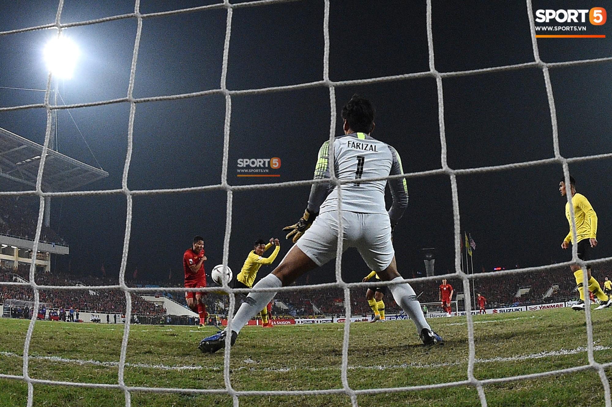 Góc ảnh độc đáo: Khoảnh khắc Anh Đức vô-lê tung lưới Malaysia nhìn từ phía sau cầu môn - Ảnh 3.