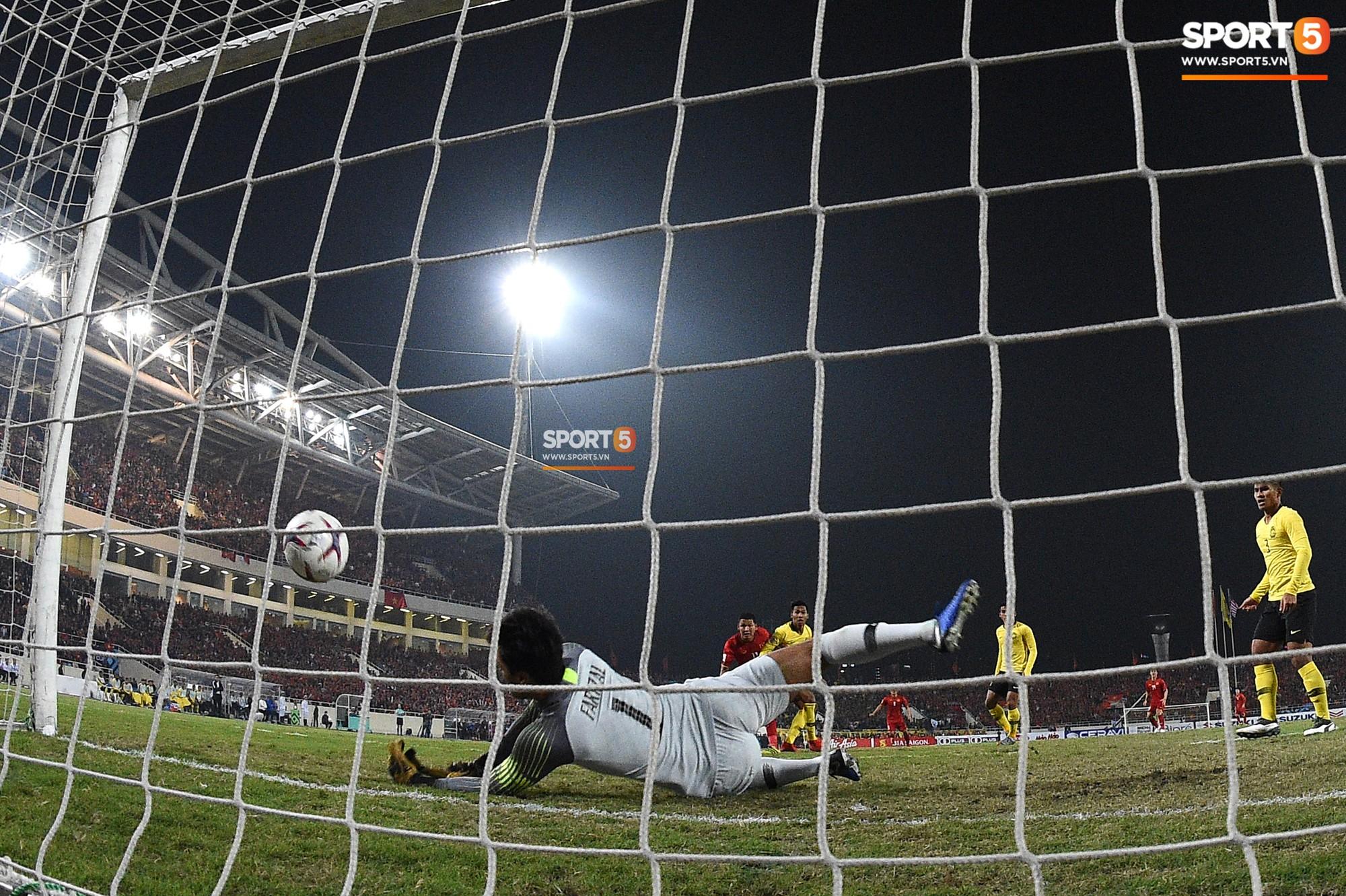 Góc ảnh độc đáo: Khoảnh khắc Anh Đức vô-lê tung lưới Malaysia nhìn từ phía sau cầu môn - Ảnh 4.