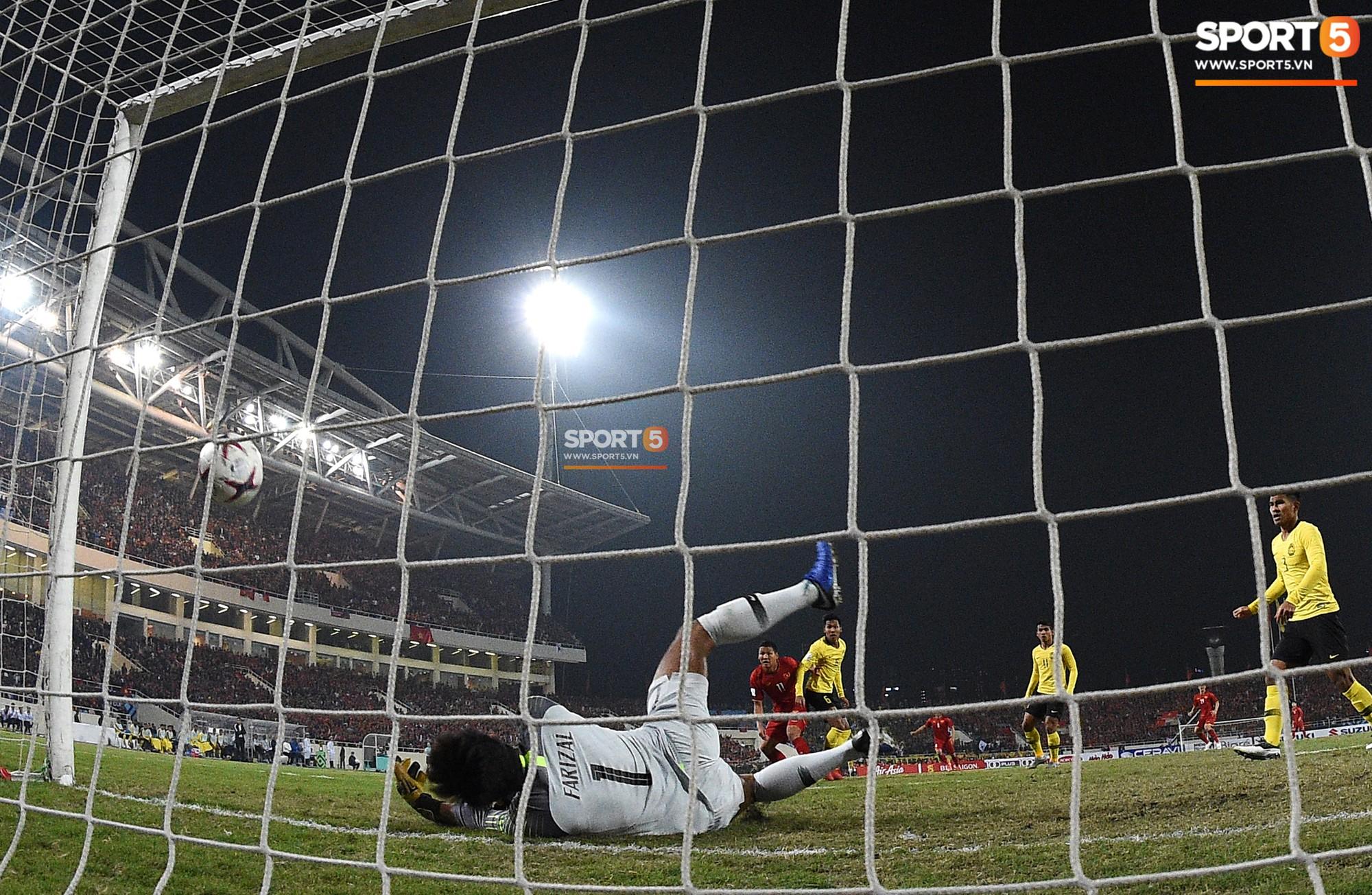 Góc ảnh độc đáo: Khoảnh khắc Anh Đức vô-lê tung lưới Malaysia nhìn từ phía sau cầu môn - Ảnh 5.