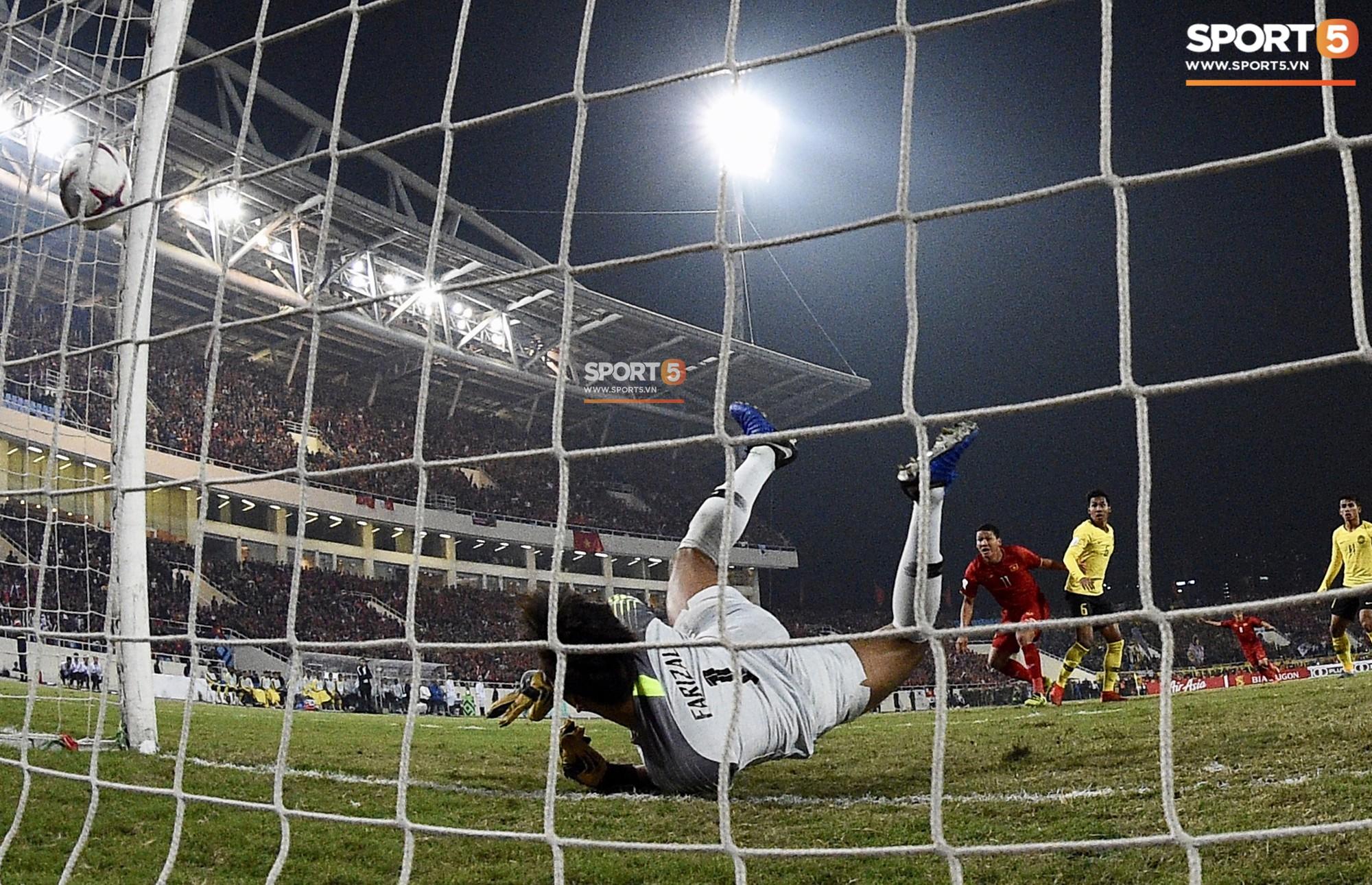 Góc ảnh độc đáo: Khoảnh khắc Anh Đức vô-lê tung lưới Malaysia nhìn từ phía sau cầu môn - Ảnh 6.