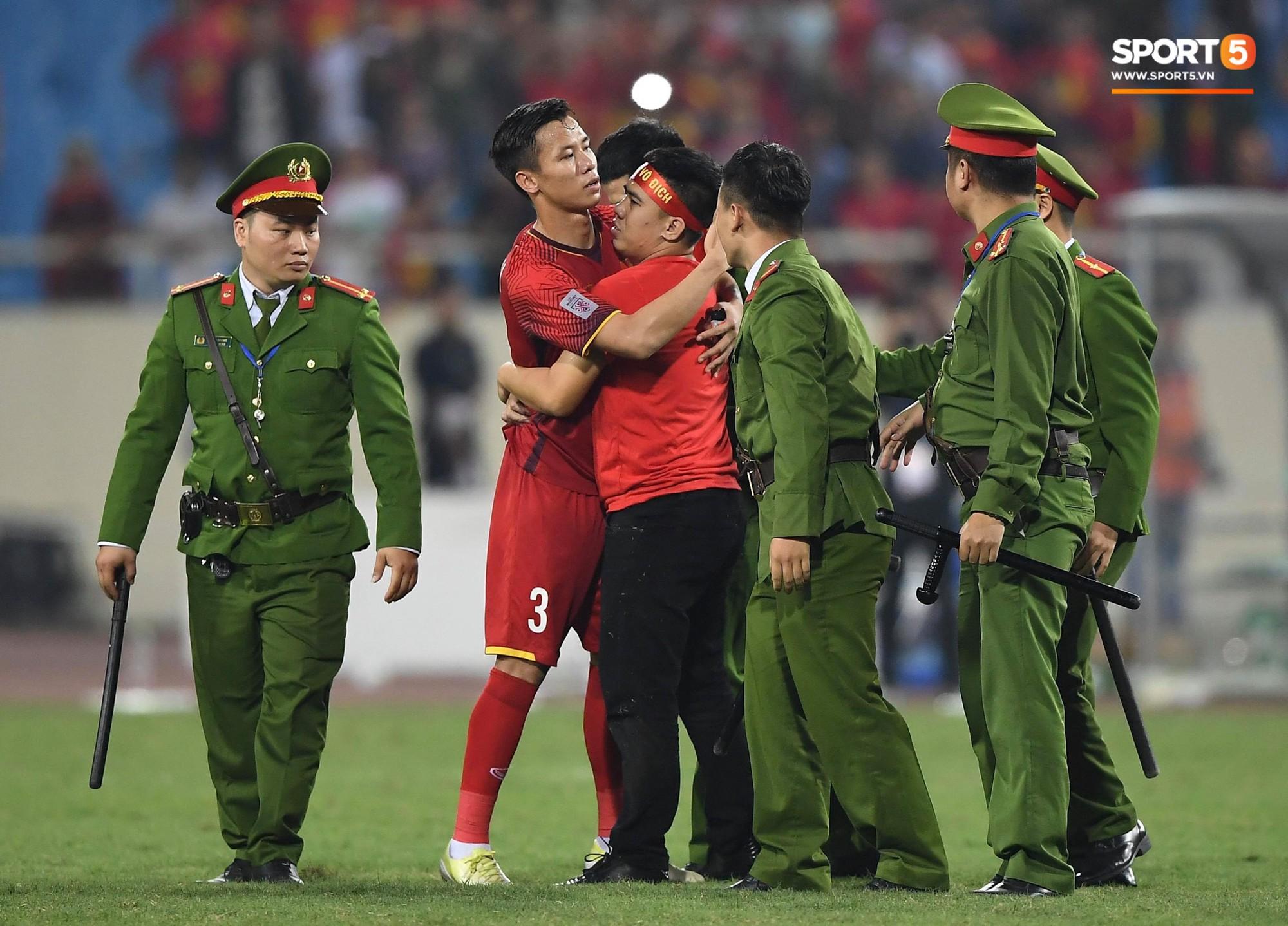 Vừa yêu vừa cảm phục các cầu thủ Việt Nam vì loạt khoảnh khắc giản dị nhưng rất ấm áp - Ảnh 19.