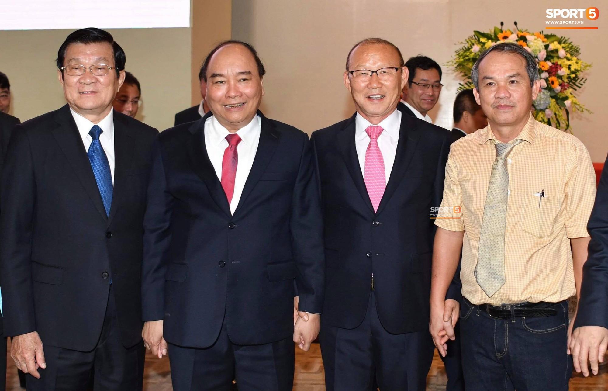 HLV Park Hang-seo nắm chặt tay bầu Đức, tuyên bố dùng 2,3 tỷ đồng tiền thưởng để làm từ thiện
