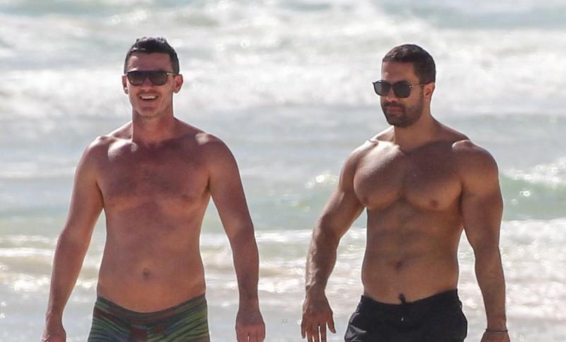 Tài tử đồng tính đẹp trai nhất nhì Hollywood gây sốt khi sánh đôi bên người yêu body 6 múi trên biển - Ảnh 2.