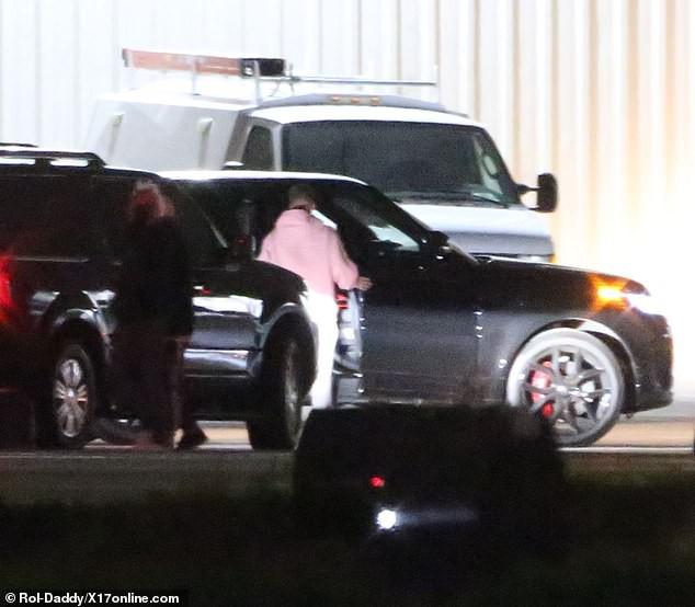 Đang bước lên phi cơ riêng, Justin Bieber bỗng xúc động không rõ lý do, khiến Hailey phải ôm động viên - Ảnh 1.