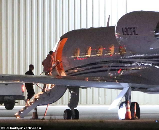 Đang bước lên phi cơ riêng, Justin Bieber bỗng xúc động không rõ lý do, khiến Hailey phải ôm động viên - Ảnh 2.