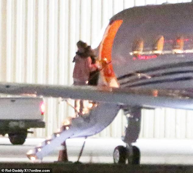 Đang bước lên phi cơ riêng, Justin Bieber bỗng xúc động không rõ lý do, khiến Hailey phải ôm động viên - Ảnh 4.