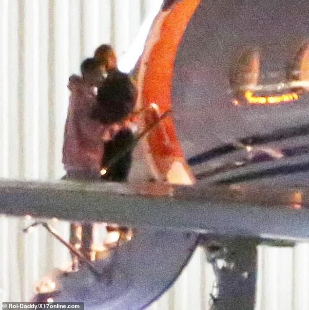 Đang bước lên phi cơ riêng, Justin Bieber bỗng xúc động không rõ lý do, khiến Hailey phải ôm động viên - Ảnh 7.