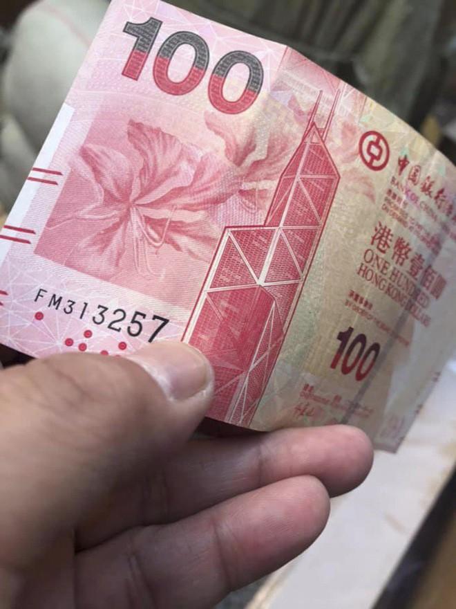 Tiền trên trời rơi xuống như mưa khiến khu phố nghèo ở Hồng Kông rơi vào hỗn loạn - Ảnh 2.